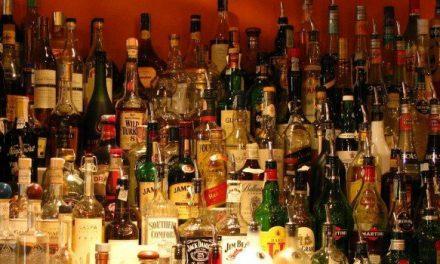 UNA ETICHETTA CON I VALORI NUTRIZIONALI DELLE BEVANDE ALCOLICHE